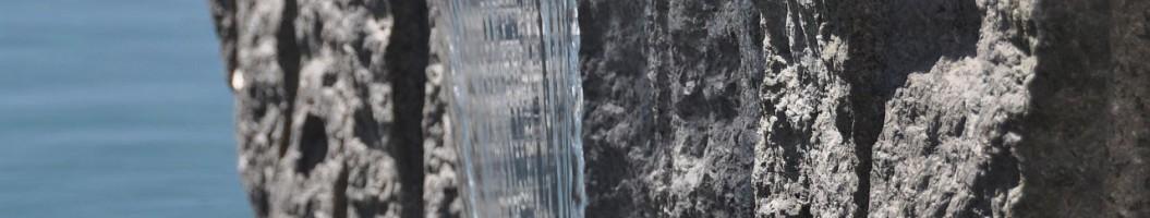 Granit Rohblock mit Wasserfall am Schwimmteich im Japangarten