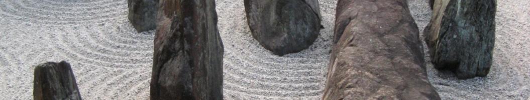Zengarten mit Granitfindlingen in einem japanischen Garten in Kyoto